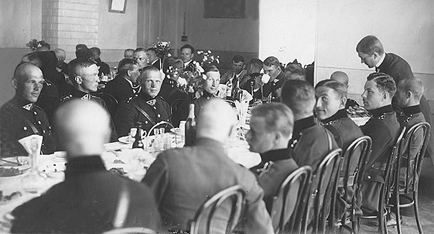 0-Aviacijos-karininku-svente-1924-0711-Is-kaires-sedi-L-Zibavicius-ir-S-Darius-copy.jpg