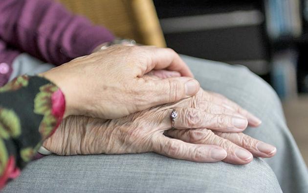 0-senimas_rankos_Is-Socialines-apsaugos-ir-darbo-ministerijos-archyvo.jpg