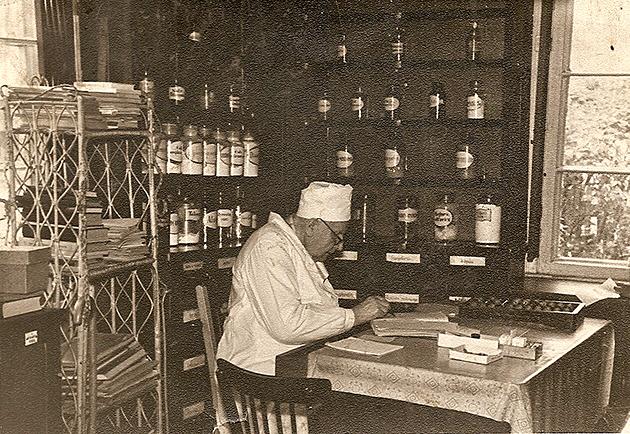 0-Aleksandravicius-vaistineje-darbo-metu-1969M-copy.jpg