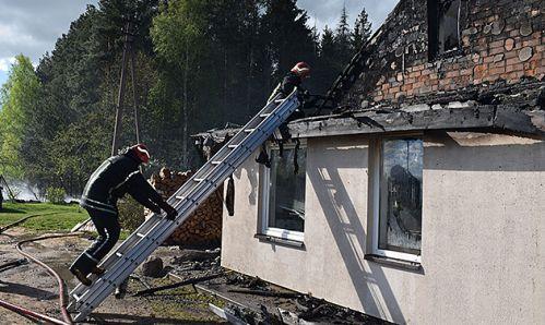 Atsitiesti po gaisro padeda gyventojai